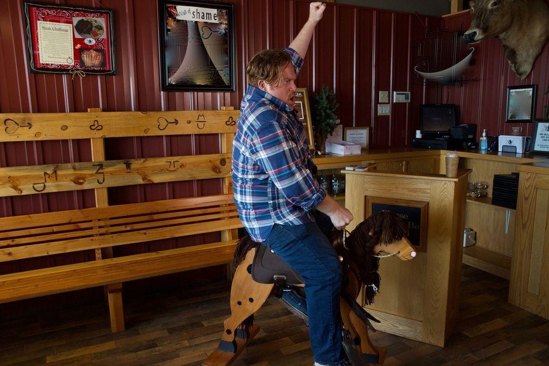 """Der """"Bull Mountain Grille"""" in Billings in Montana hat nicht nur Kulinarisches anzubieten. Das lässt sich Casey natürlich nicht entgehen ... - Bildquelle: 2017,The Travel Channel, L.L.C. All Rights Reserved."""