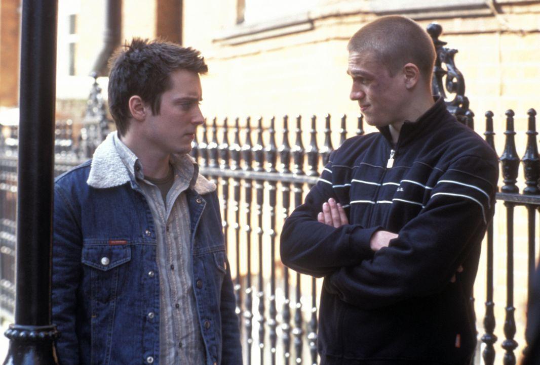 Zunächst kann Matt (Elljah Wood, l.) dem wilden treiben des Fußballfans Pete (Charlie Hunnam, r.) nichts abgewinnen, aber schon bald schlägert er kr... - Bildquelle: Odd Lot Entertainment