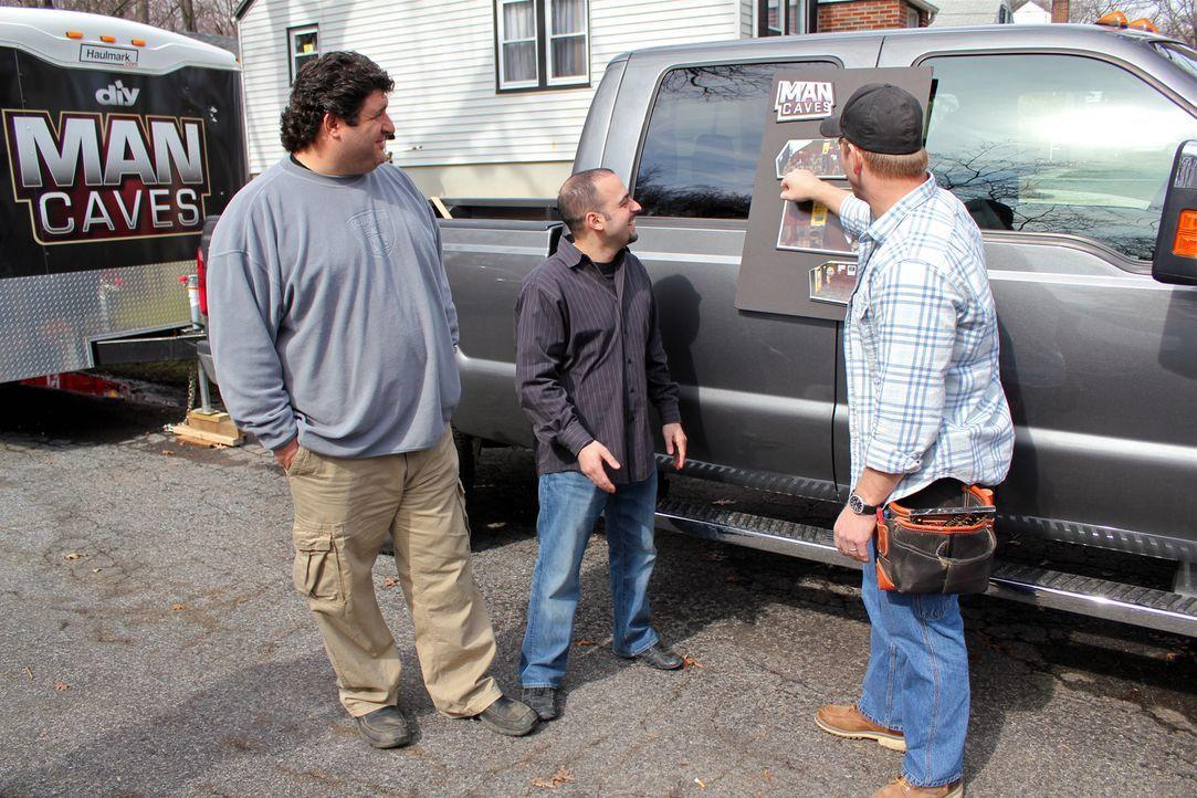 Diesmal sind Jason Cameron (r.) und Tony Siragusa (l.) bei Nuno Tavares zu Besuch und lassen Hollywoodträume wahr werden ... - Bildquelle: Nathan Frye 2011, DIY Network/Scripps Networks, LLC.  All Rights Reserved.
