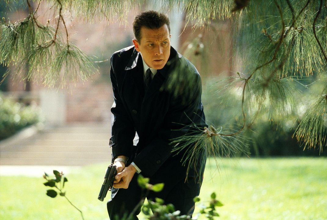 Doggett (Robert Patrick) ahnt, dass es sich bei dem Mörder von Arlen Sacks nicht um einen Menschen, sondern um ein Tier handelt. - Bildquelle: TM +   2000 Twentieth Century Fox Film Corporation. All Rights Reserved.