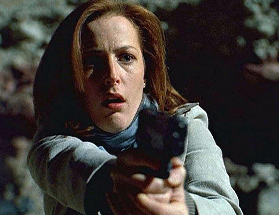 In einem Steinbruch kommt es zum Showdown zwischen Scully (Gillian Anderson) und dem regenerierten Schattenmann ... - Bildquelle: TM +   Twentieth Century Fox Film Corporation. All Rights Reserved.