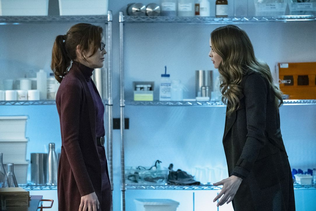 Dr. Carla Tannhauser (Susan Walters, l.); Caitlin (Danielle Panabaker, r.) - Bildquelle: Katie Yu 2018 The CW Network, LLC. All rights reserved. / Katie Yu