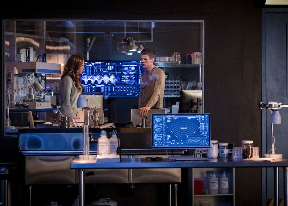 Caitlin (Danielle Panabaker, l.); Barry (Grant Gustin, r.) - Bildquelle: Jeff Weddell 2018 The CW Network, LLC. All rights reserved.