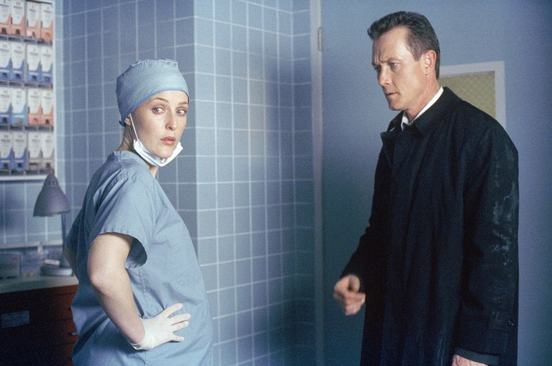 Scully (Gillian Anderson, l.) berichtet Doggett (Robert Patrick, r.) von einer überraschenden Beobachtung bei der Behandlung Mulders. - Bildquelle: TM +   2000 Twentieth Century Fox Film Corporation. All Rights Reserved.