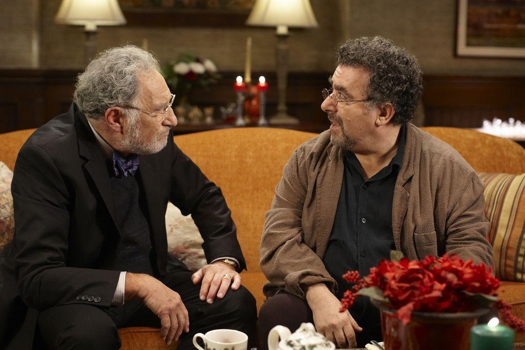 Claudia will Artie (Saul Rubinek, r.) zu Weihnachten eine Freude zu machen ihn mit einem tollen Geschenk überraschen. Bei ihrer Recherche trifft sie... - Bildquelle: Ken Woroner SCI FI Channel