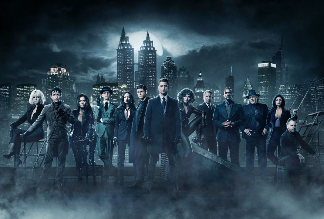 (4. Staffel) - Der Kampf um Gotham geht weiter: (v.l.n.r.) Barbara (Erin Richards), Oswald alias Pinguin (Robin Lord Taylor), Tabitha (Jessica Lucas... - Bildquelle: 2017 Warner Bros.