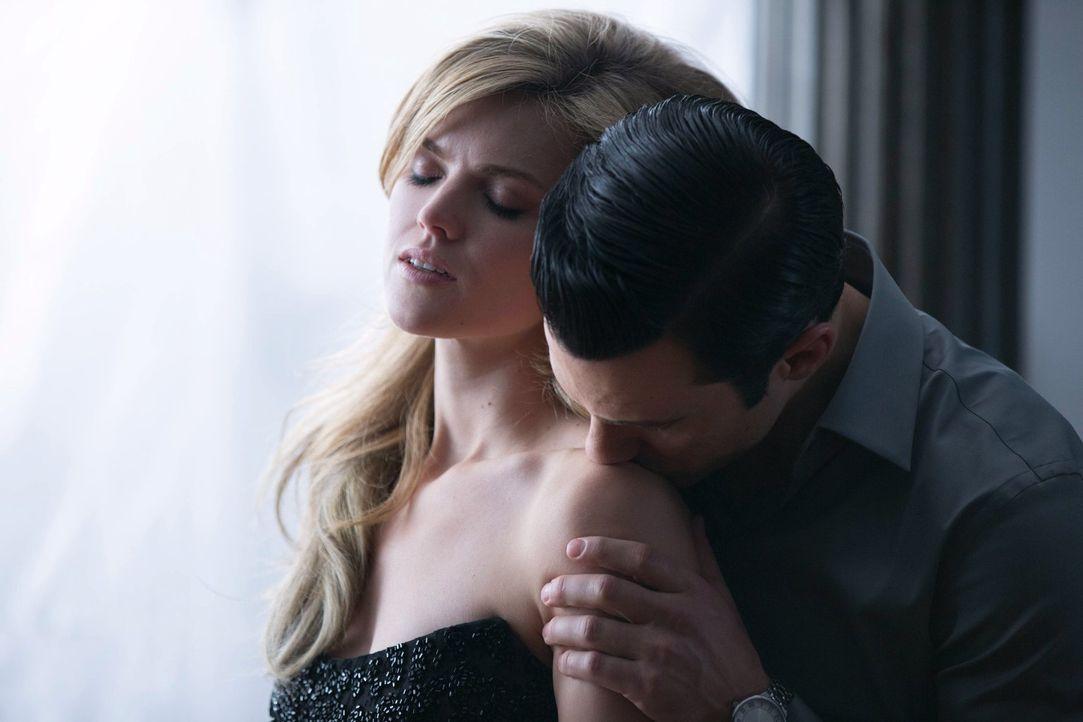 Barbara (Erin Richards, l.) lernt die düstere Seite von Ogre (Milo Ventimiglia, r.) kennen. Doch wird sie es lebend aus seinen Fängen schaffen? - Bildquelle: Warner Bros. Entertainment, Inc.