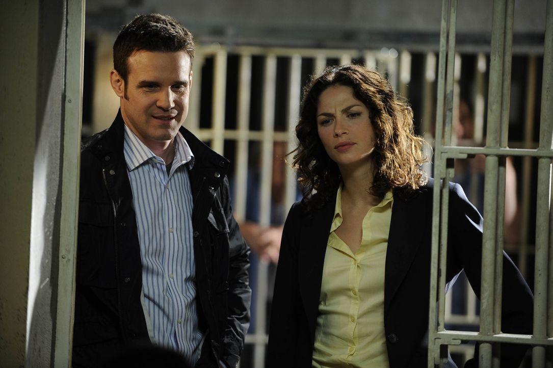 Die beiden Warehouse-Agenten Pete (Eddie McClintock, l.) und Myka (Joanne Kelly) ermitteln in einem Hochsicherheitsgefängnis, in dem plötzlich auffä... - Bildquelle: Philippe Bosse SCI FI Channel