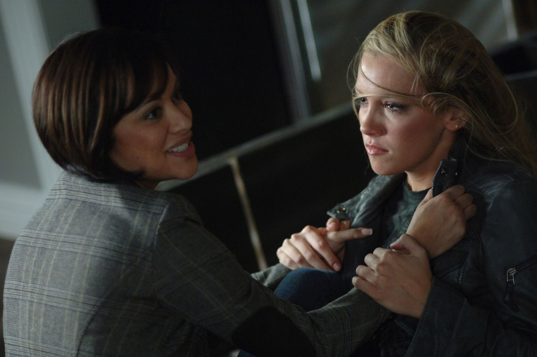 Im Kampf: Tammi (Marisa Ramirez, l.) und Ruby (Katie Cassidy, r.) ... - Bildquelle: Warner Bros. Television