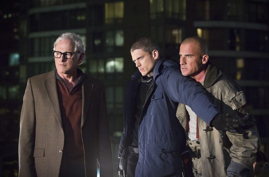 Während Dr. Stein (Victor Garber, l.) von der Möglichkeit begeistert ist, die ihnen Rip Hunter bietet, sind sich Snart alias Captain Cold (Wentworth... - Bildquelle: 2015 Warner Bros.