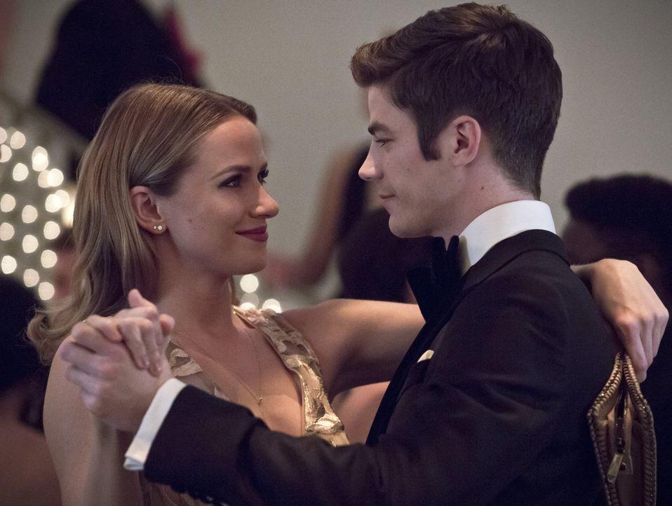 Das Geheimnis um Barrys (Grant Gustin, r.) zweite Identität steht immer noch zwischen ihm und Patty (Shantel VanSanten, l.) ... - Bildquelle: 2015 Warner Brothers.