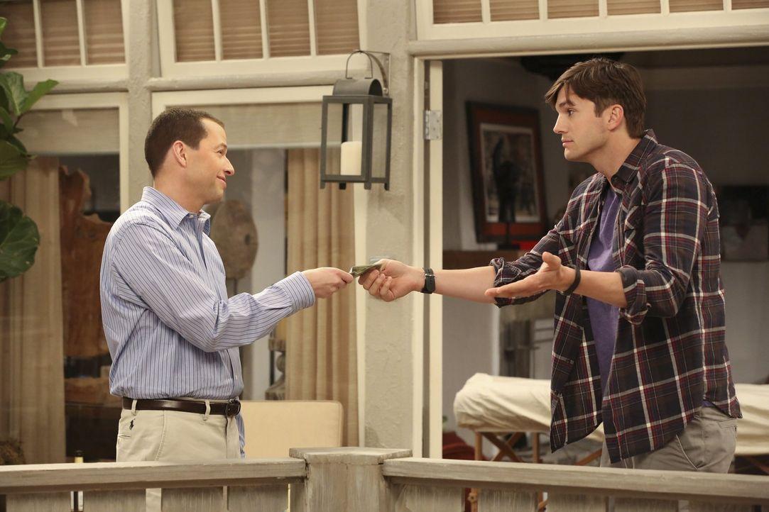 Auch Alan (Jon Cryer, l.) profitiert reichlich von der Sextherapie, die sich Walden (Ashton Kutcher, r.) selbst auferlegt hat ... - Bildquelle: Warner Brothers Entertainment Inc.