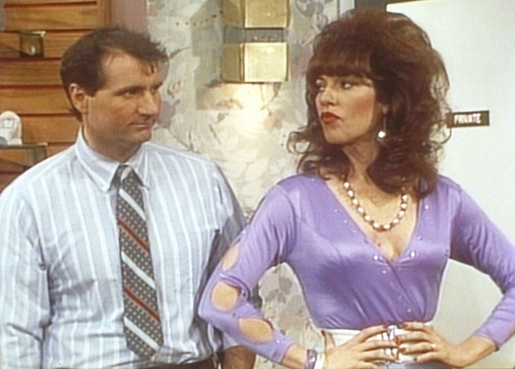 Weil ihr Haus von Termiten heimgesucht ist, müssen Al (Ed O'Neill, l.) und Peggy (Katey Sagal) im Schuhladen wohnen. - Bildquelle: Sony Pictures Television International. All Rights Reserved.