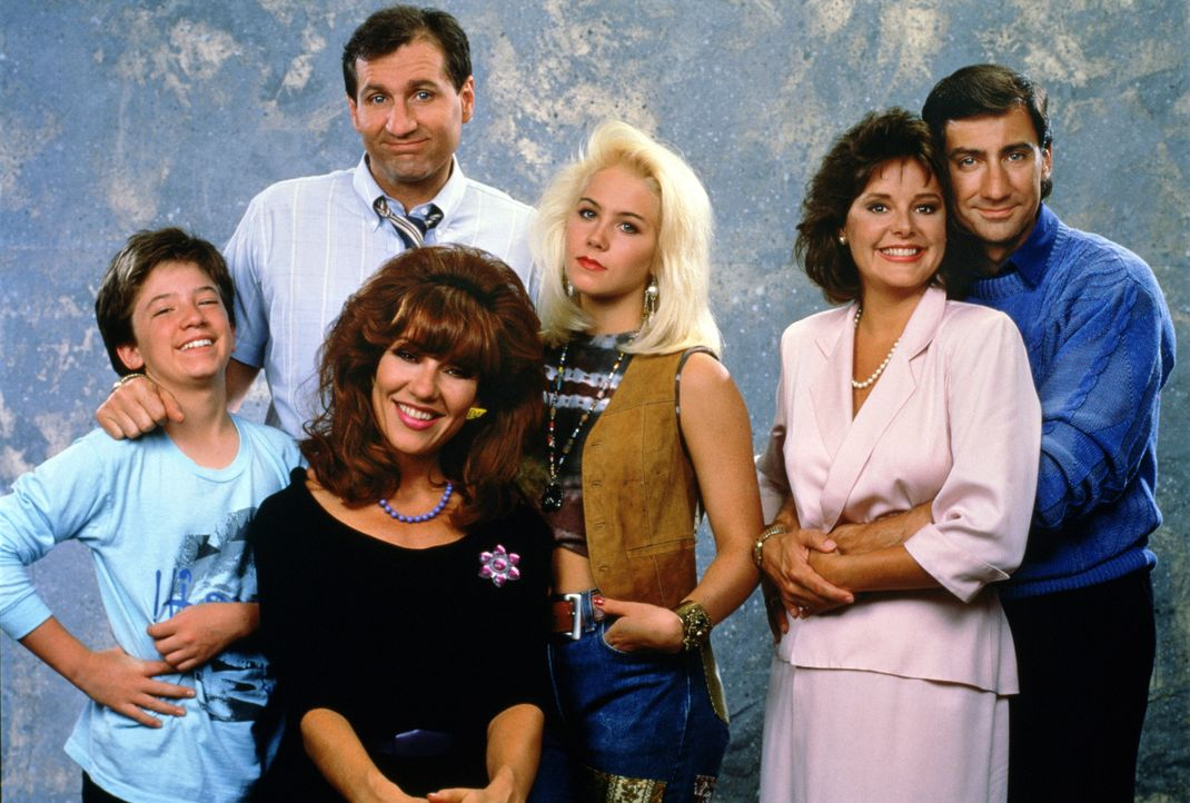 (1. Staffel) - Familie Bundy und ihre Nachbarn (v.l.n.r.): Bud Bundy (David Faustino), Al Bundy (Ed O'Neill), Peggy Bundy (Katey Sagal), Kelly Bundy... - Bildquelle: Sony Pictures Television International. All Rights Reserved.