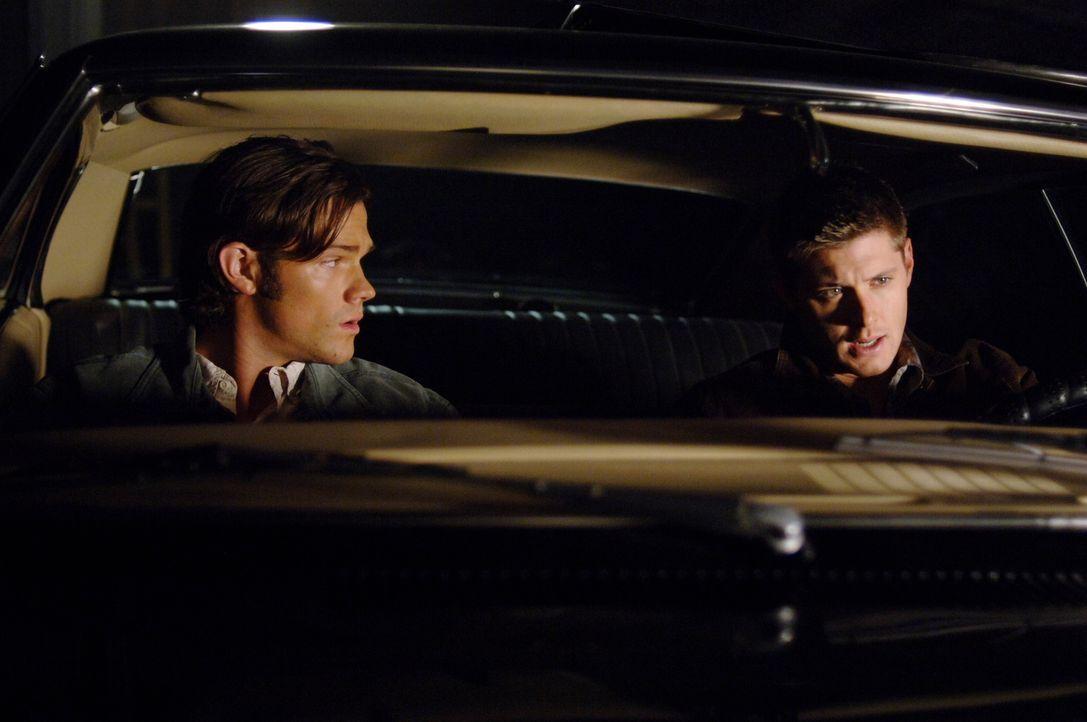 Nach vier Monaten in der Hölle erwacht Geisterjäger Dean Winchester (Jensen Ackles, r.) plötzlich unversehrt in einem Sarg, sein Bruder Sam (Jared P... - Bildquelle: Warner Bros. Television