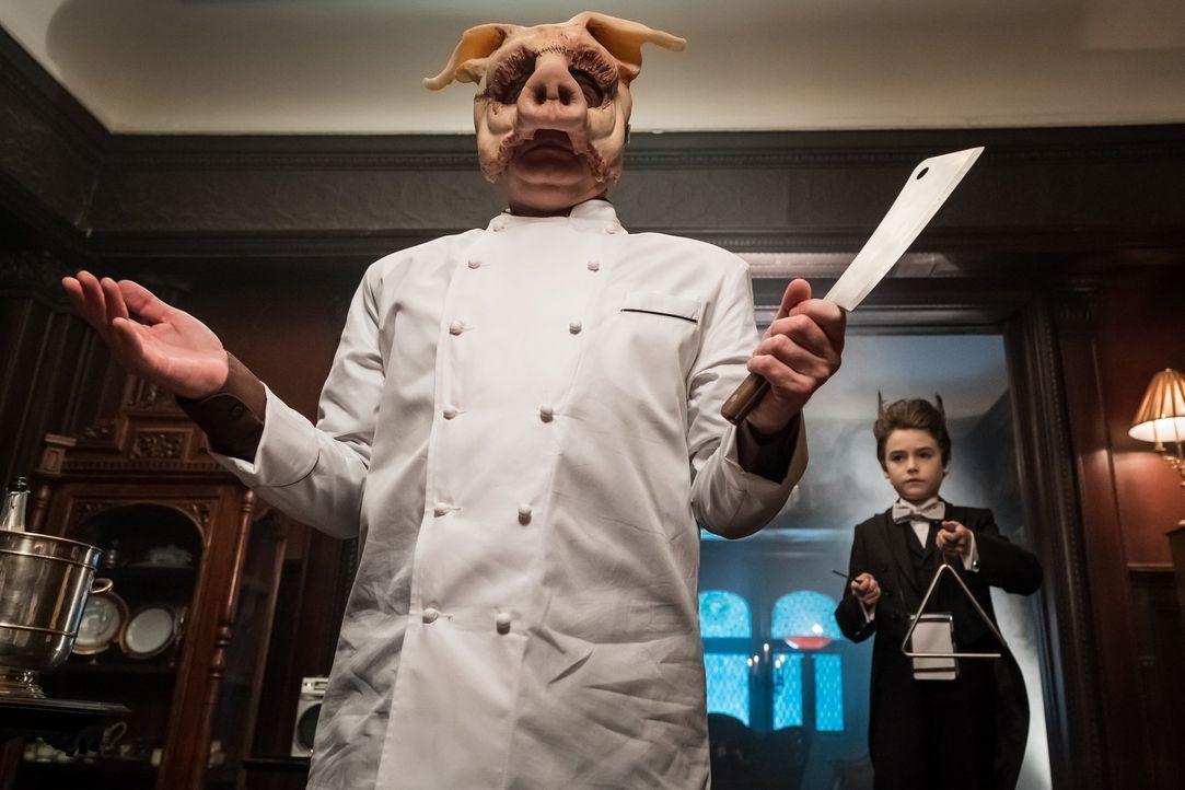 Während Professor Pyg (Michael Cerveris) im Waisenheim bei einer Charity-Veranstaltung ausgerechnet als Koch auftaucht, wird der taube Martin (Chris... - Bildquelle: 2017 Warner Bros.