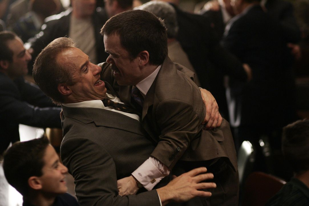 Ben Klandis (Peter Dinklage, r.) beglückwünscht seinen ehemaligen Mandanten Jack DiNorsio (Vin Diesel, l.) zu dem Prozess Ergebnis, das DiNorsio a... - Bildquelle: 2006 Yari Film Group Releasing, LLC