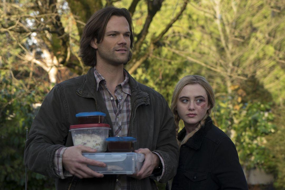 Als Claire (Kathryn Newton, r.) Sam (Jared Padalecki, l.) und seinen Bruder um Hilfe bittet, glauben zunächst alle, dass sie sich den Fall nur einbi... - Bildquelle: 2014 Warner Brothers