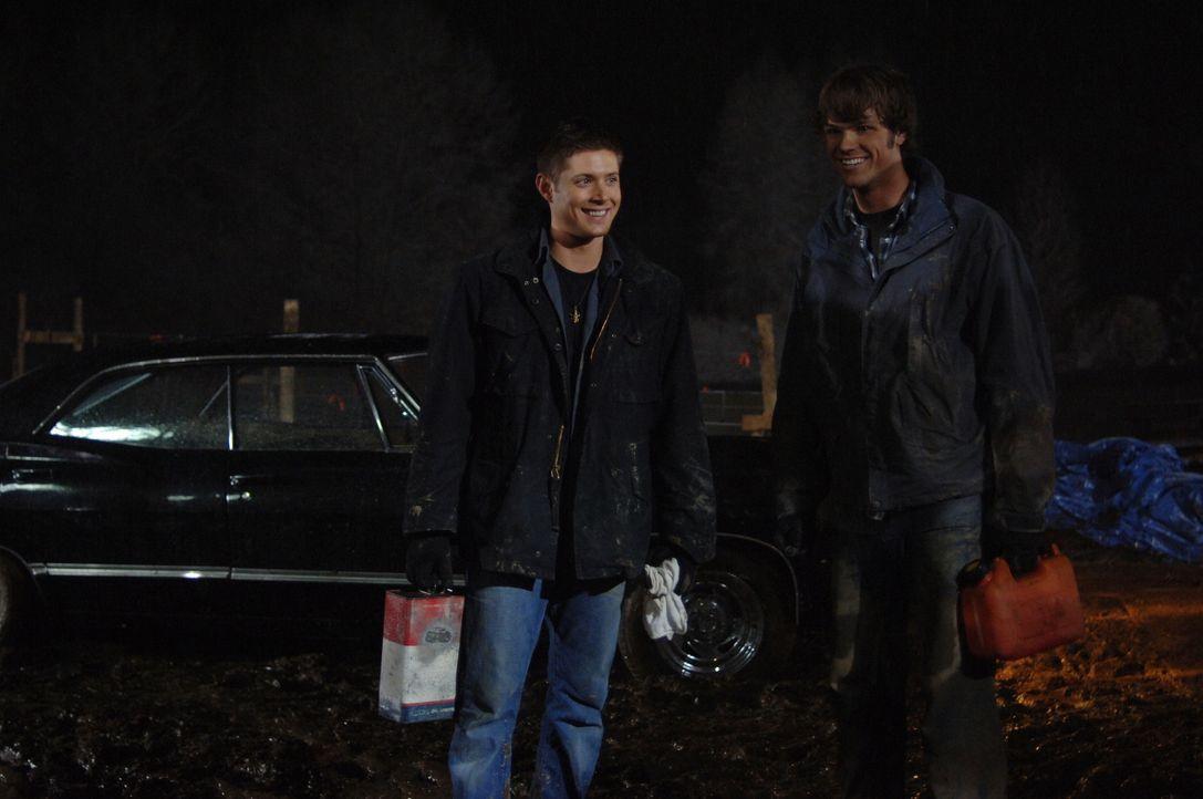 Nach und nach kommen Sam (Jared Padalecki, r.) und Dean (Jensen Ackles, l.) hinter die Gründe des mysteriösen Trucks ... - Bildquelle: Warner Bros. Television