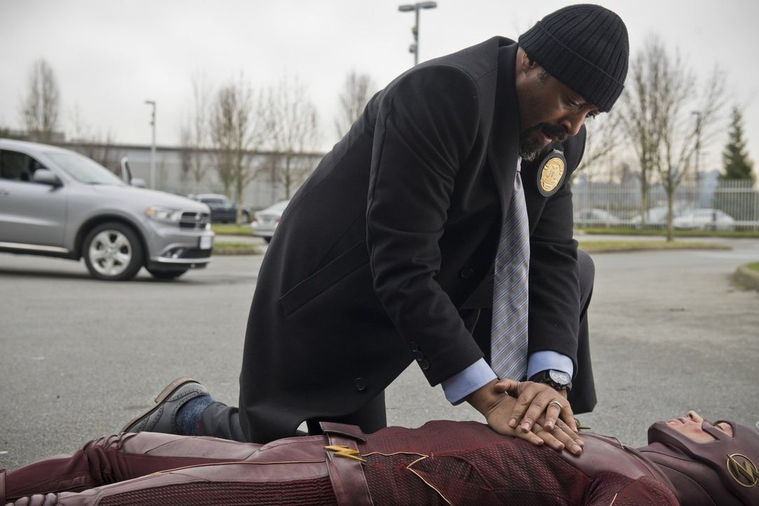 Als Joe (Jesse L. Martin, l.) zu einem Tatort kommt, entdeckt er ausgerechnet den verletzten Barry alias The Flash (Grant Gustin, r.) dort ... - Bildquelle: Warner Brothers.