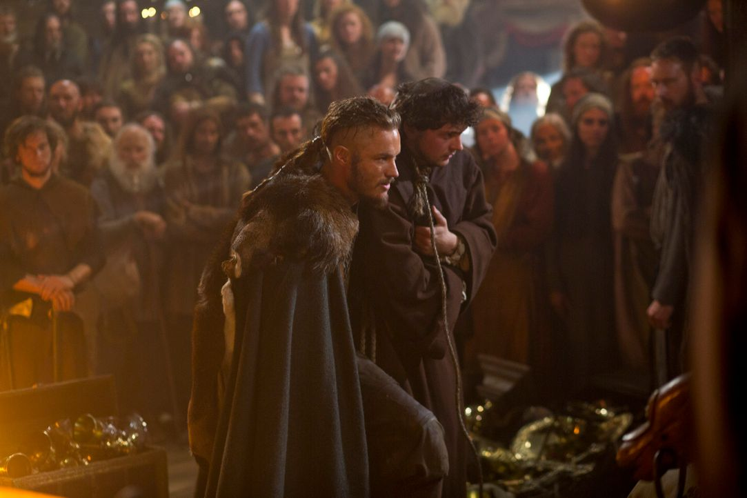 Qual der Wahl: Nicht einmal sein Bruder kann verstehen, warum Ragnar Lothbrok (Travis Fimmel, l.) statt eines kostbaren Souvenirs lediglich den Prie... - Bildquelle: 2013 TM TELEVISION PRODUCTIONS LIMITED/T5 VIKINGS PRODUCTIONS INC. ALL RIGHTS RESERVED.