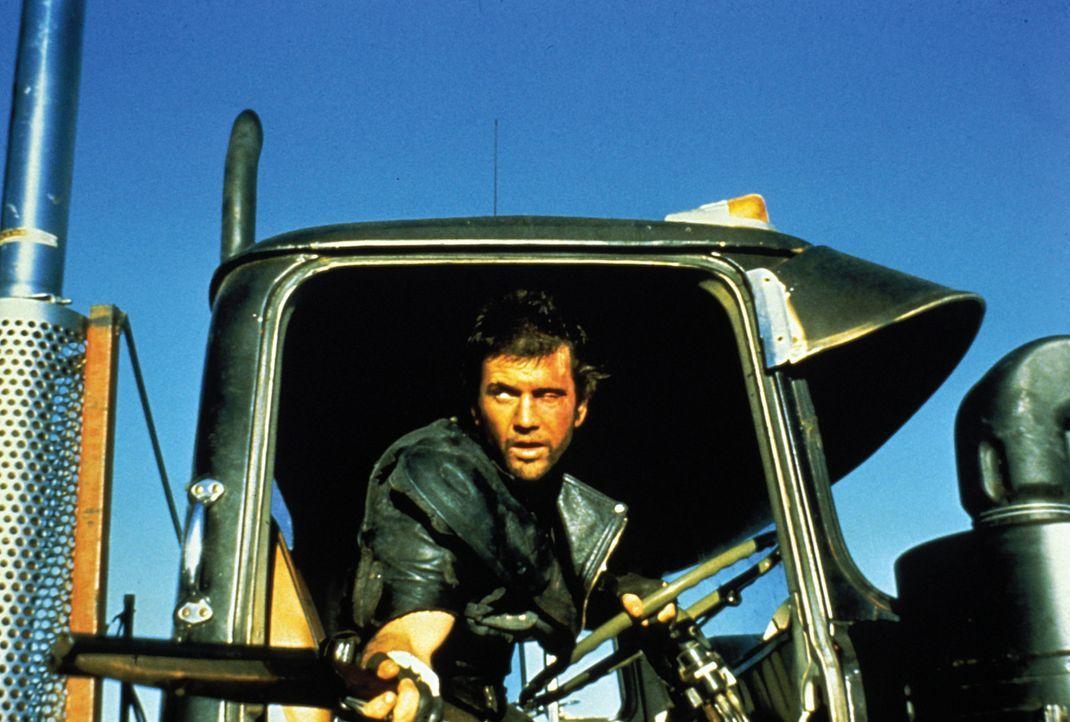 Um den Tanklaster der Farmer vor den Räubern zu retten, klemmt Max (Mel Gibson) sich selbst hinters Steuer... - Bildquelle: Warner Bros.