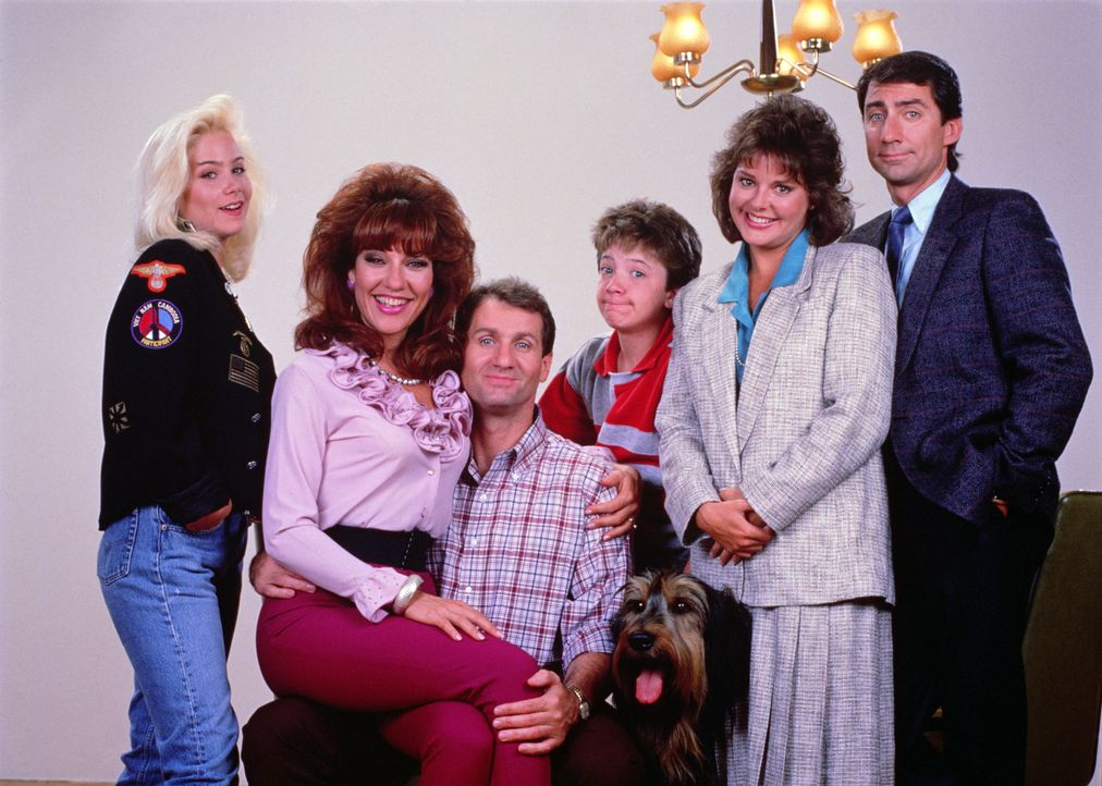 (2. Staffel) - Die Bundys und ihre Nachbarn (v.l.n.r.): Kelly (Christina Applegate), Peg (Katey Sagal), Al (Ed O'Neill), Bud (David Faustino), Marcy... - Bildquelle: Sony Pictures Television International. All Rights Reserved.