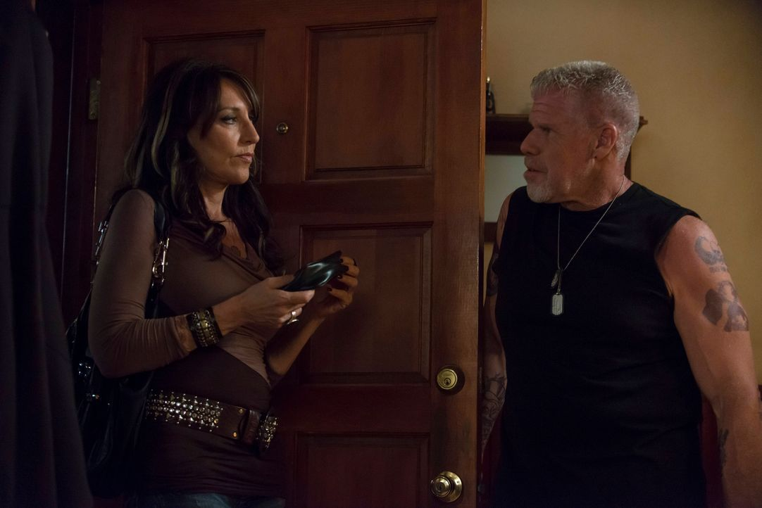 Wird Gemmas (Katey Sagal, l.) Abhängigkeit von der Familie sie zurück zu Clay (Ron Perlman, r.) treiben? - Bildquelle: 2012 Twentieth Century Fox Film Corporation and Bluebush Productions, LLC. All rights reserved.