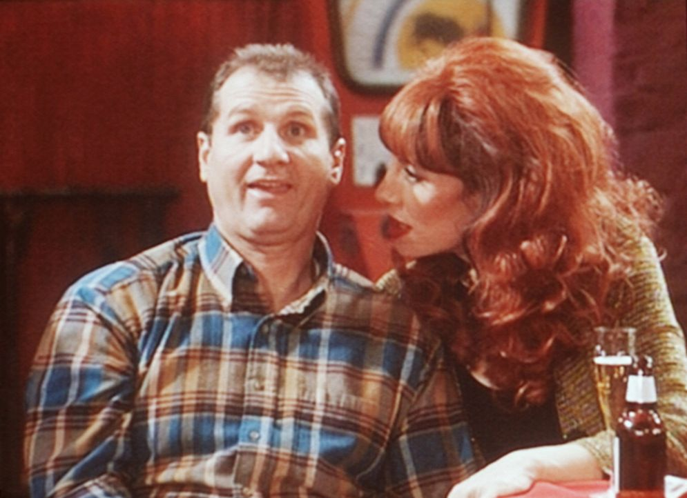 Al (Ed O'Neill, l.) will Peggy (Katey Sagal, r.) überzeugen, dass er gegen Stripperinnen immun ist. - Bildquelle: Sony Pictures Television International. All Rights Reserved.