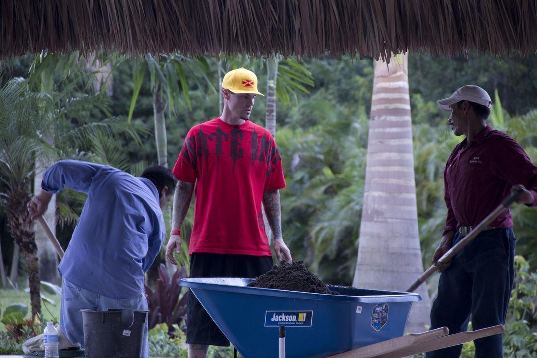 Der Außenbereich des aktuellen Vanilla Ice (M.) Projekts wird weiterhin auf Vordermann gebracht ... - Bildquelle: 2012, DIY Network/Scripps Networks, LLC.  All Rights Reserved