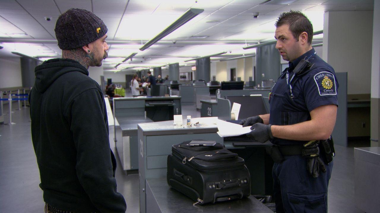Täglich müssen Hunderte Reisende überprüft werden. - Bildquelle: Force Four Entertainment / BST Media 2 Inc.