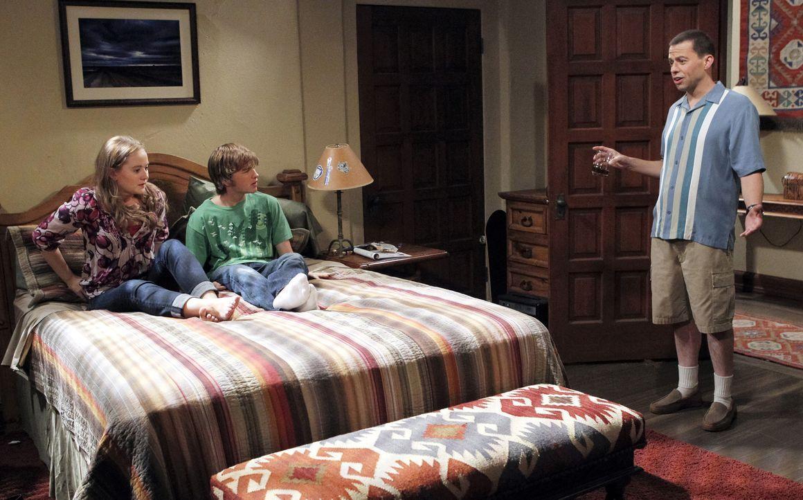Durch seine tiefe Persönlichkeitskrise, die darin gipfelt, dass er sich für Charlie hält, fühlen sich Jake (Angus T. Jones, M.) und Megan (Macey Cru... - Bildquelle: Warner Brothers Entertainment Inc.