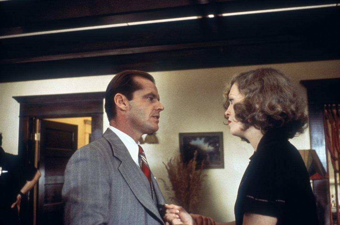 Evelyn Cross Mulwray (Faye Dunaway, r.) beauftragt den Privatdetektiv J.J. Gittes (Jack Nicholson, l.), ihren Mann zu überwachen ... - Bildquelle: Paramount Pictures