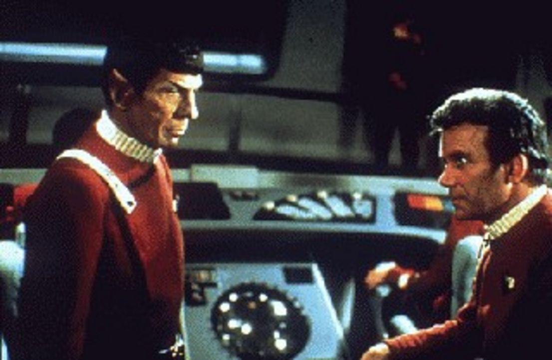Mit einem gekaperten Raumschiff greift Captain Kirks (William Shatner, r.) Erzfeind Khan ein Sternenlabor an, in dem an einem streng geheimen Projek... - Bildquelle: Paramount Pictures