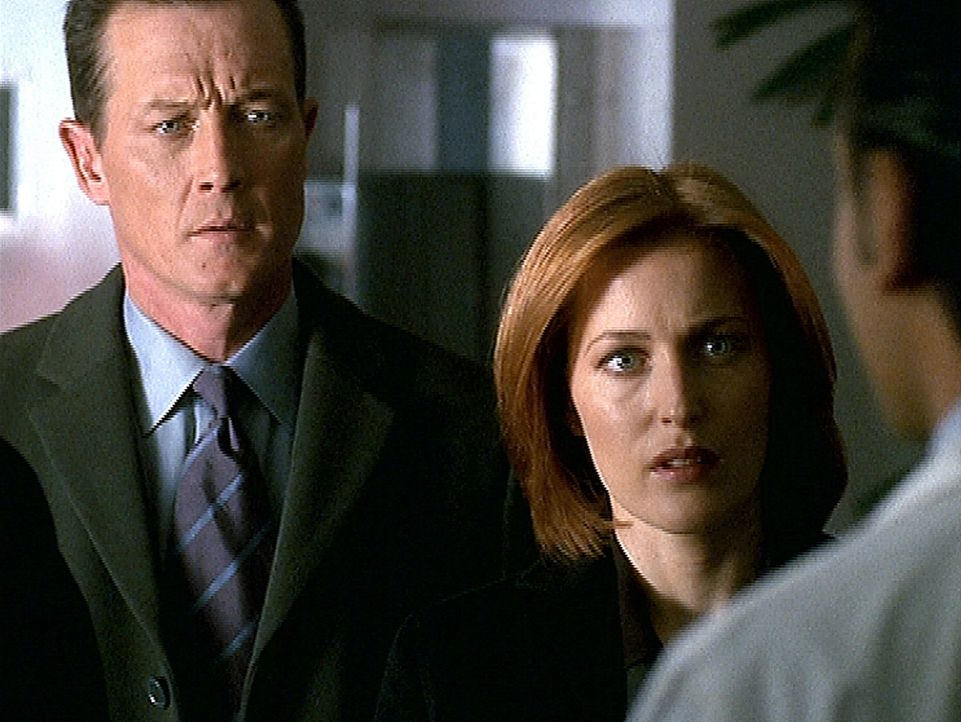 Doggett (Robert Patrick, l.) und Scully (Gillian Anderson, r.) werden in Montana mit einem übel zugerichteten Entführungsopfer konfrontiert. - Bildquelle: TM +   2000 Twentieth Century Fox Film Corporation. All Rights Reserved.