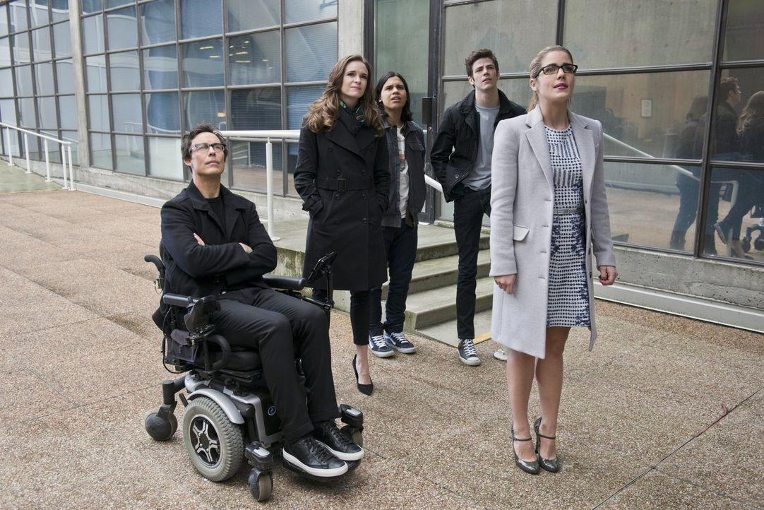 Dr. Wells (Tom Cavanagh, l.), Caitlin (Danielle Panabaker, 2.v.l.), Cisco (Carlos Valdes, M.) und Barry (Grant Gustin, 2.v.r.) sind mehr als erstaun... - Bildquelle: Warner Brothers.