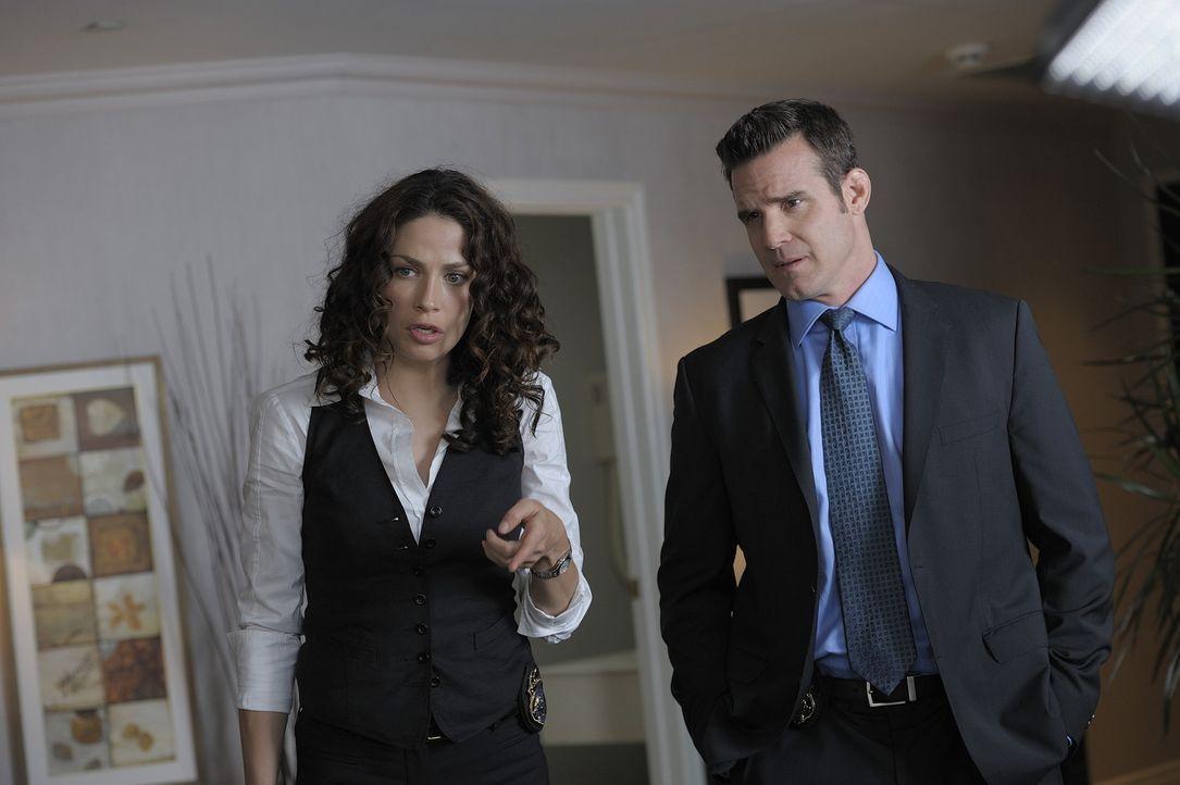 Myka (Joanne Kelly, l.) und Pete (Eddie McClintock, r.) sind zutiefst erschüttert, als sie erfahren, dass ihr ehemaliger Vorgesetzter ermordet worde... - Bildquelle: Philippe Bosse SCI FI Channel