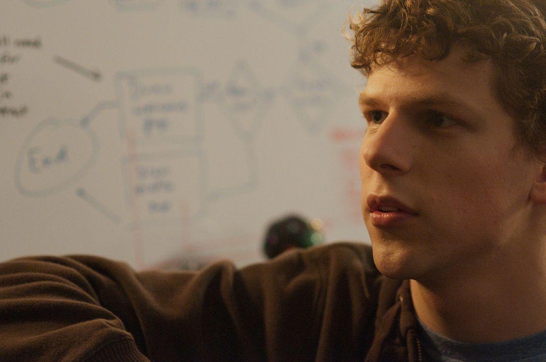Aus einer Laune heraus gründet der 20-jährige Harvard-Student Mark Zuckerberg (Jesse Eisenberg) die weltweit erfolgreichste Network Plattform und wi... - Bildquelle: 2010 Columbia Pictures Industries, Inc. and Beverly Blvd LLC. All Rights Reserved.
