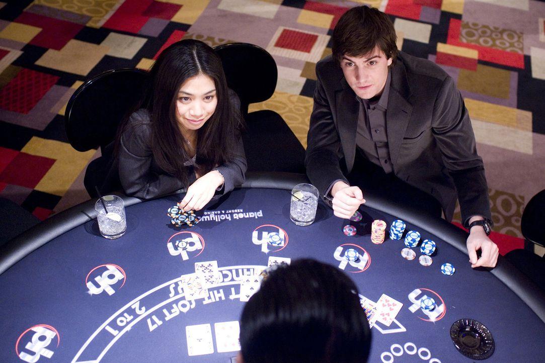 Sie werden überall und ständig überwacht: Dennoch schaffen es die Elite-Studenten Kianna (Liza Lapira, l.) und Ben (Jim Sturgess, r.), die Casinos a... - Bildquelle: CPT Holdings, Inc. All Rights Reserved.