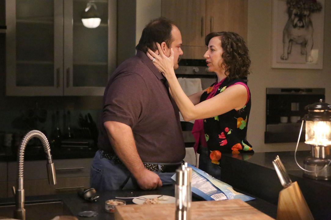 Carol (Kristen Schaal, r.) stellt Todd (Mel Rodriguez, l.) auf ihre ganz eigenen Art zur Rede, nachdem sie erfahren hat, dass er sich sowohl mit Gai... - Bildquelle: 2015-2016 Fox and its related entities.  All rights reserved.