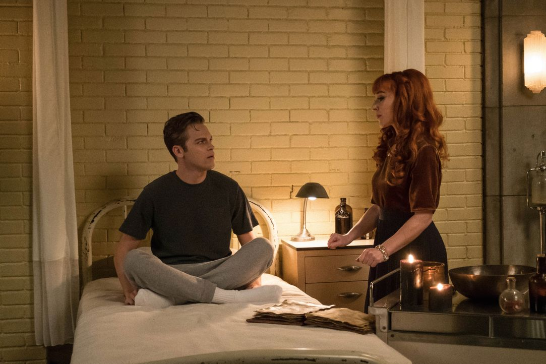 Jack (Alexander Calvert, l.); Rowena MacLeod (Ruth Connell, r.) - Bildquelle: Cate Cameron 2018 The CW Network, LLC All Rights Reserved / Cate Cameron