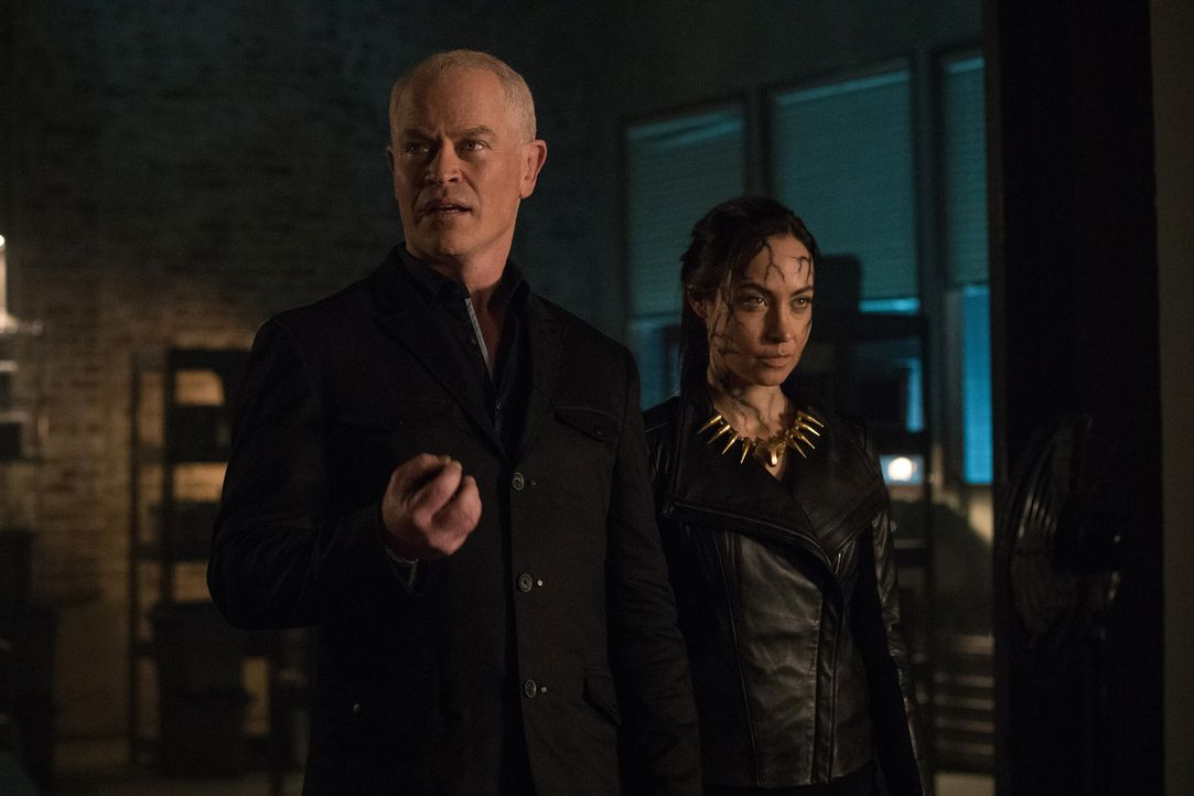 Damien (Neal McDonough, l.); Nora (Courtney Ford, r.) - Bildquelle: 2017 Warner Bros.