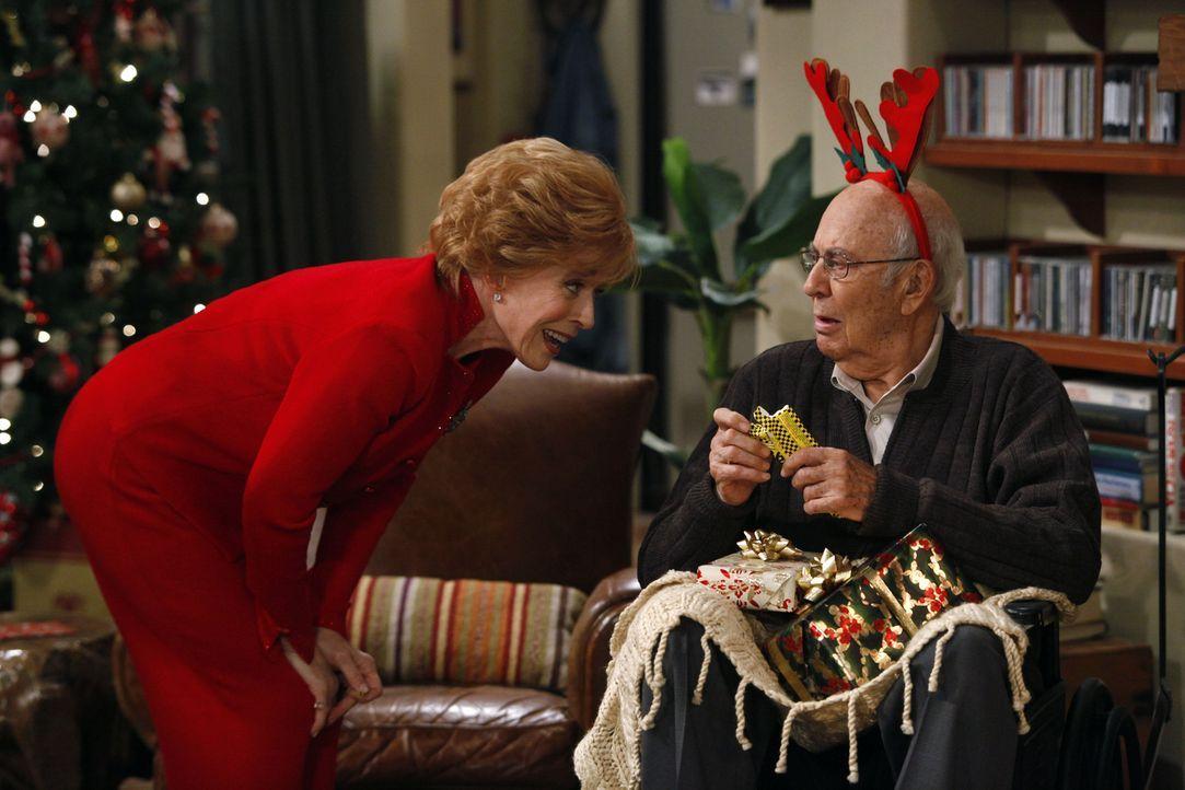 Evelyn (Holland Taylor, l.) taucht mit Marty (Carl Reiner, r.) bei Alan und Charlie auf, von dem sie sich ein gutes Immobiliengeschäft erhofft, wenn... - Bildquelle: Warner Brothers