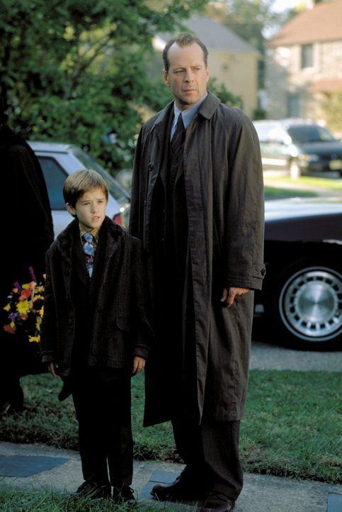 Um dem Spuk für den gequälten Cole (Haley Joel Osment, l.) endlich ein Ende zu bereiten, setzt Crowe (Bruce Willis, r.) auf eine einfache Strategie.... - Bildquelle: Buena Vista Pictures