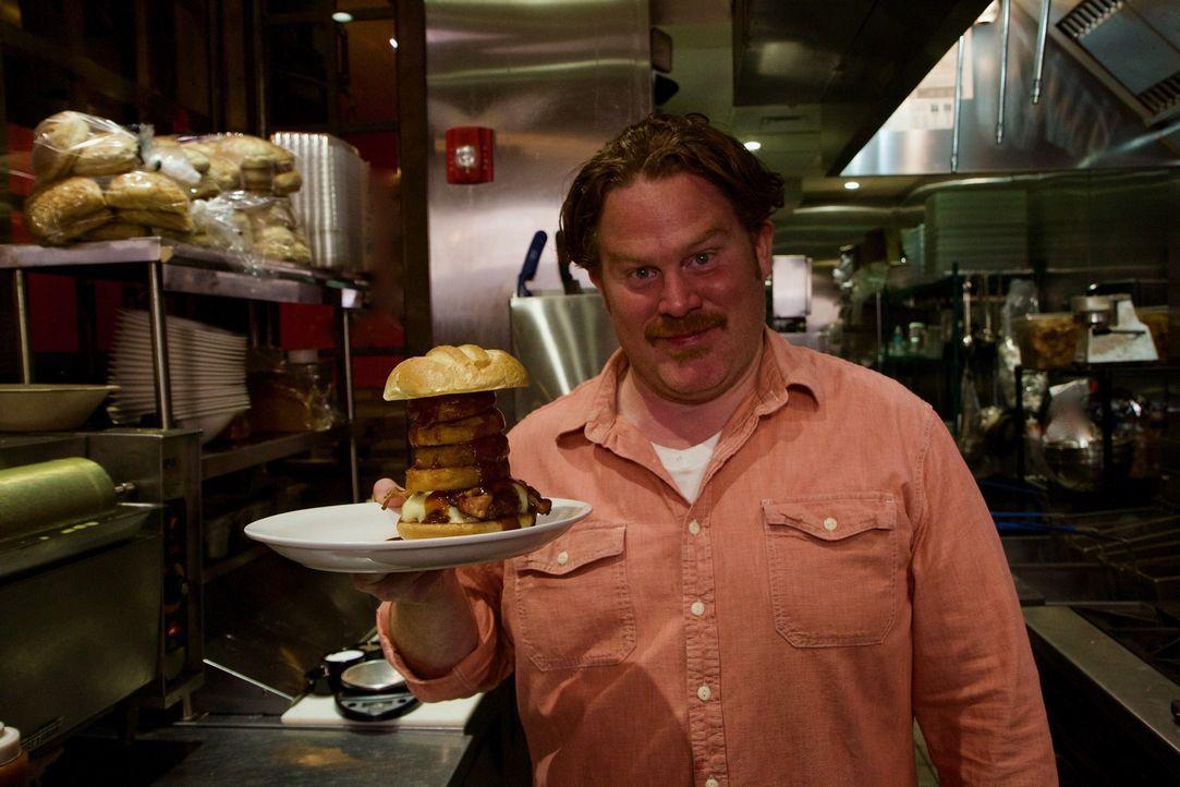 """In der """"Boston Burger Company"""" in Boston probiert Casey den leckeren """"Killer Bee Burger"""", der mit gegrillten Zwiebelringen garniert ist. - Bildquelle: 2017,The Travel Channel, L.L.C. All Rights Reserved."""