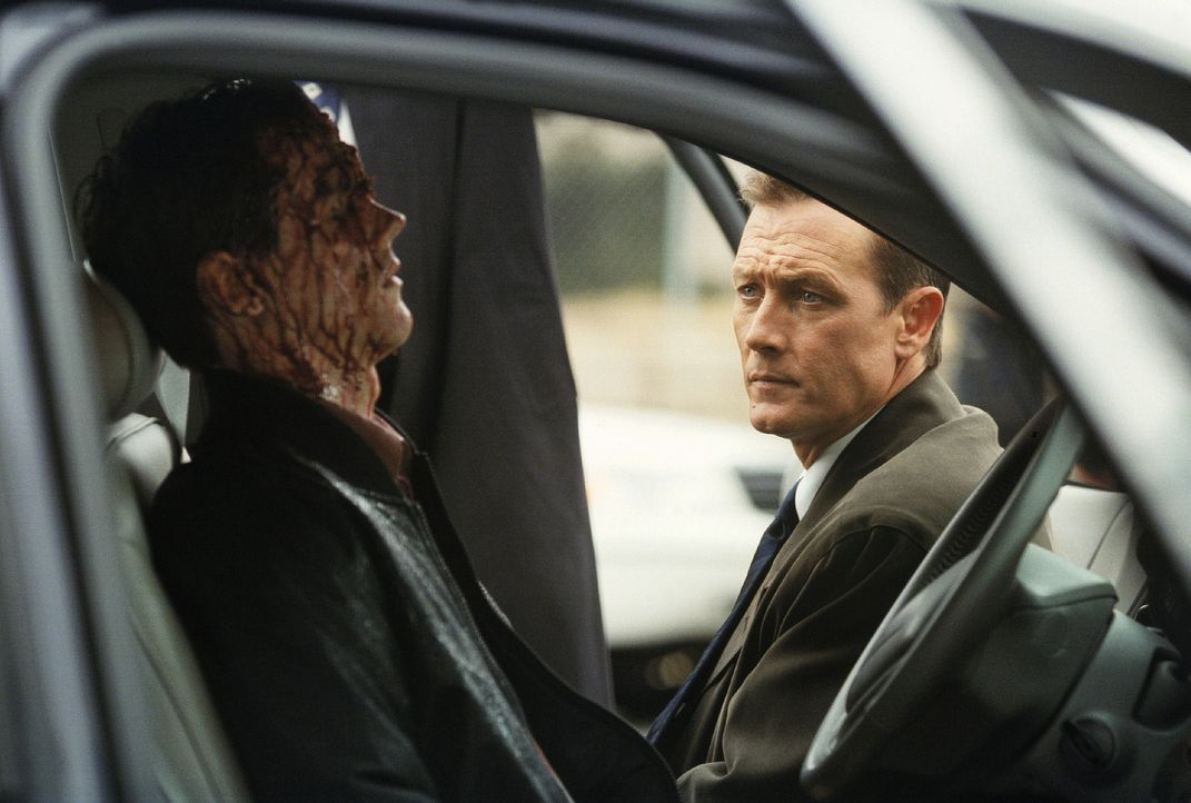 John Doggett (Robert Patrick, r.) hat einen schwierigen Fall zu lösen: Zwanzig Sektenmitglieder und zwei FBI-Agenten wurden ermordet. - Bildquelle: TM +   Twentieth Century Fox Film Corporation. All Rights Reserved.