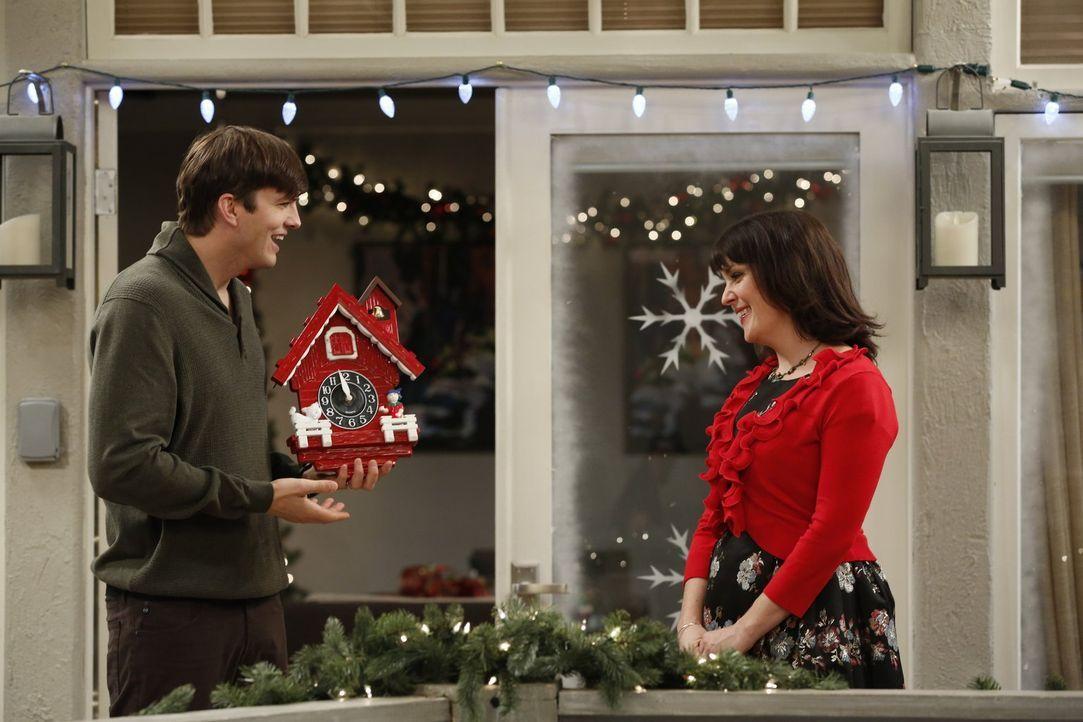 Nach alldem was Rose (Melanie Lynskey, r.) für das Weihnachtsfest getan hat, muss sich Walden (Ashton Kutcher, l.) bei ihr für sein Verhalten entsch... - Bildquelle: Warner Brothers Entertainment Inc.
