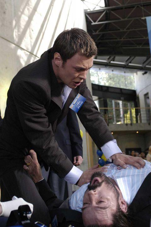 Nachdem Jordan Collier (Bill Campbell , r.) erschossen wurde, versucht Shawn (Patrick Flueger, l.) mit seinen Fähigkeiten ihn zu retten. Wird er es... - Bildquelle: Viacom Productions Inc.