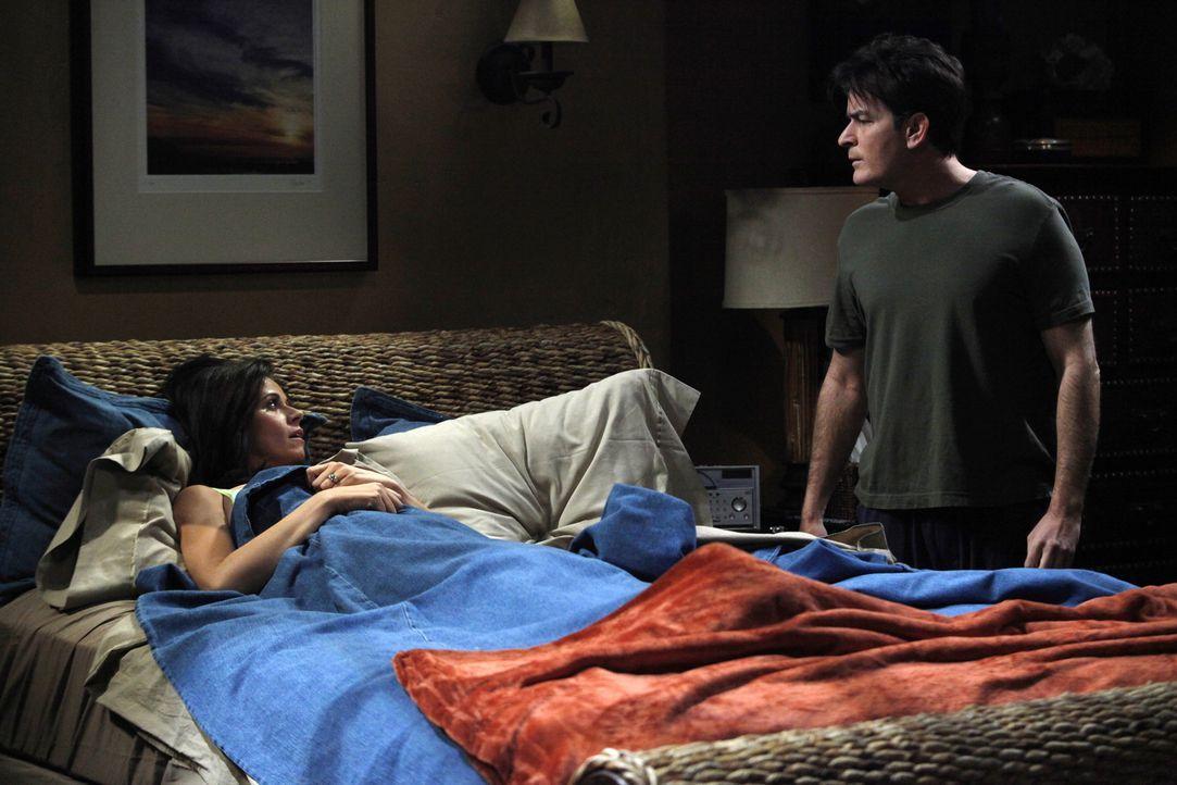 Charlies (Charlie Sheen, r.) Freundin Chelsea (Jennifer Bini Taylor, l.) hat eine schwere Erkältung und muss bei Charlie das Bett hüten. Als er sie... - Bildquelle: Warner Brothers Entertainment Inc.