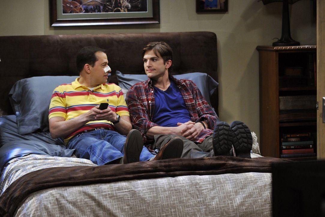 Alan (Jon Cryer, l.) wird aus dem Krankenhaus entlassen. Walden (Ashton Kutcher, r.) überschüttet ihn mit Liebe und Aufmerksamkeit, was Zoey allerdi... - Bildquelle: Warner Brothers Entertainment Inc.